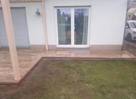 Fliesen-Terrasse mit Gehweg