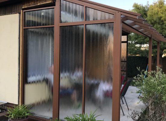 Wetterschutzwand mit Strukturglas