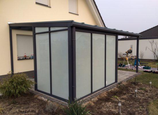 Terrassendach mit Sicht- & Wetterschutz-Elementen