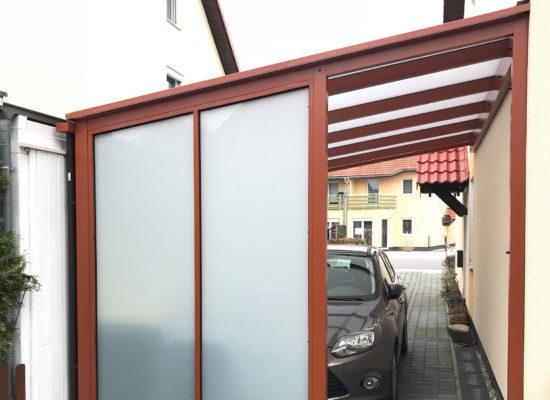 ALU-Carport mit Wetterschutzelement an der Hauswand