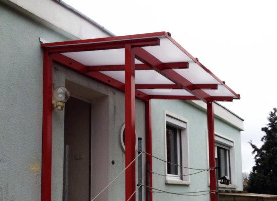 Vordach Luckau, Podest mit Dachüberstand, Polyplatten