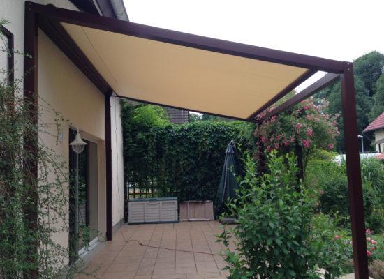 Sonnenschutz auf der Terrasse. SunQube an der Hauswand
