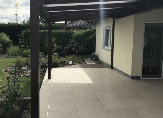Kombi-Auftrag: Neue Terrasse aus Feinsteinzeugfliesen & ALU-Terrassendach