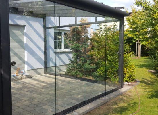 Terrassendach Glaswand mit rahmenlosen Schiebeelementen