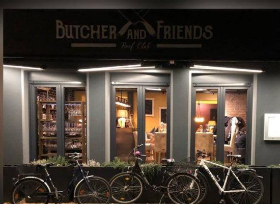 Beleuchtung in die Gelenkarme der Markise integriert bei Butcher and Friends in Cottbus