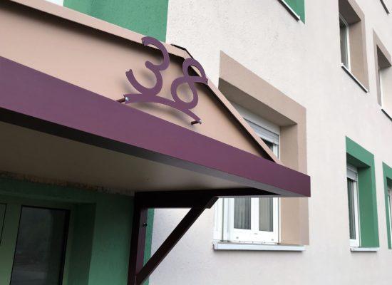 Hausnummern ausgelasert an Vordach pulverbeschichtet