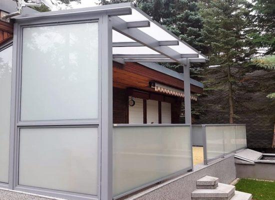 Terrassendach mit festem Wetterschutzelement und Geländer
