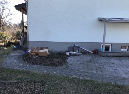 Herausforderung: Neubau Hochterrasse mit Wanddurchbruch für Balkontür, Terrassendach mit Elementen, ALU-Geländer und Treppenaufgang, Wandgestaltung, WPC-Fußboden, Hochbeet und Pflasterarbeiten.