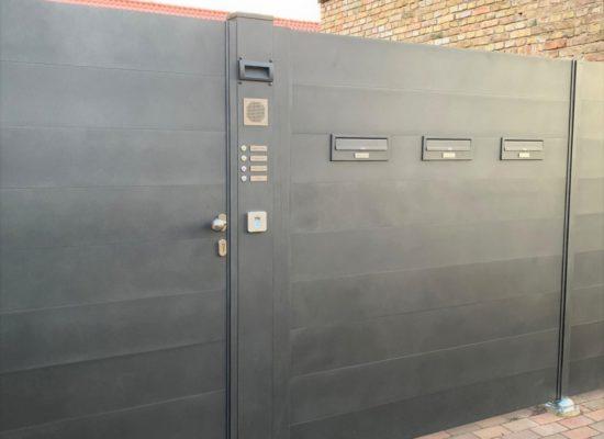 Maßgefertigter Sichtschutzzaun -Tor & Tür mit Klingel- und Briefkästen integriert.