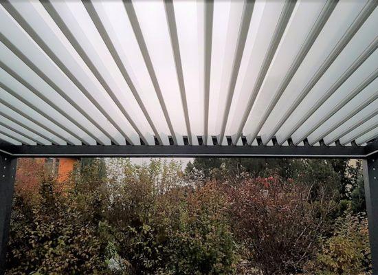 Der Qube Lamella ist mit verstellbaren Dachlamellen aus Aluminium ausgestattet. Die Lamellen des QUBE Lamella können individuell bis 110° eingestellt werden. Zusätzlich haben Sie die Möglichkeit per Fernbedienung die drei fest eingestellte Stellungen zu nutzen. Jede Stellung hat Auswirkung auf das Ambiente unter der Pergola. Sie können mit den Lamellen die Sonneneinstrahlung unter dem QUBE und die Feuchtigkeitszirkulierung steuern. Die Lamellenneigung ist variabel einstellbar. Der Maximaler Öffnungswinkel liegt bei 110°. Über die Fernbedienung sind 4 voreingestellte Öffnungswinkel 0°, 33%, 66% und 100% möglich.