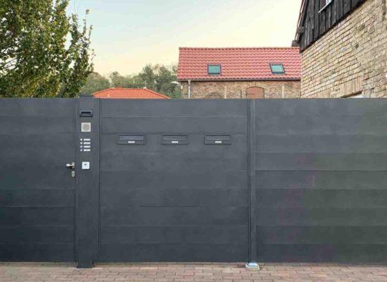 Sichtschutzzaun -Tor & Tür mit Klingel- und Briefkästen integriert. Aussenansicht