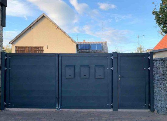Sichtschutzzaun -Tor & Tür mit Klingel- und Briefkästen integriert. Innenansicht
