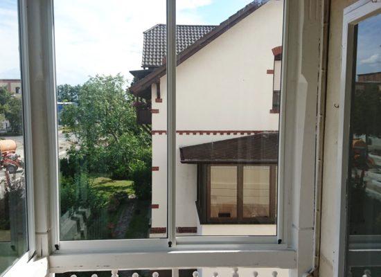 Balkonverglasung OLE-fix seitlicher Ausgleich mit Holzleiste