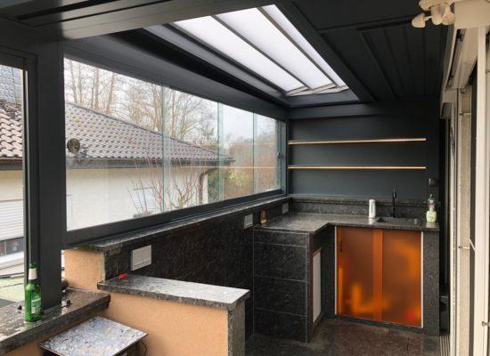 Rahmenlose Glas- Schiebeelemente als Wetterschutz im SunQube
