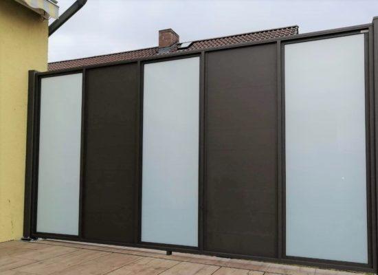 Lichtdurchlässig und zugleich Blickdicht. Sichtschutzwand aus Glas und Aluminium.