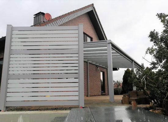 Sichtschutz und Terrassenüberdachung farblich aufeinander abgestimmt