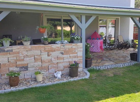 Terrassenbau in Cottbus. neue Terrasse mit Polygonalplatten.