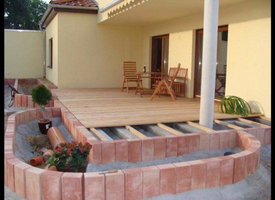 Kompletter Neubau einer Terrasse - Holzboden mit Streifen-Fundamenten und Hochbeeten