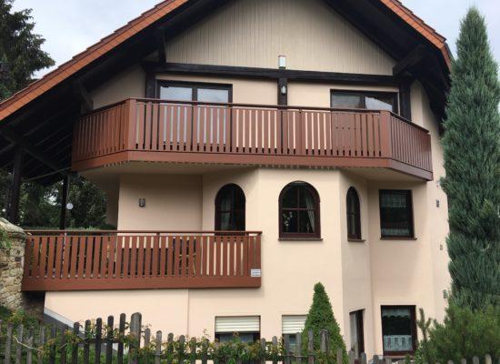 Neues ALU-Balkongeländer, ersetzt das alte Geländer aus Holz. Nie wieder streichen und kein Verwittern.