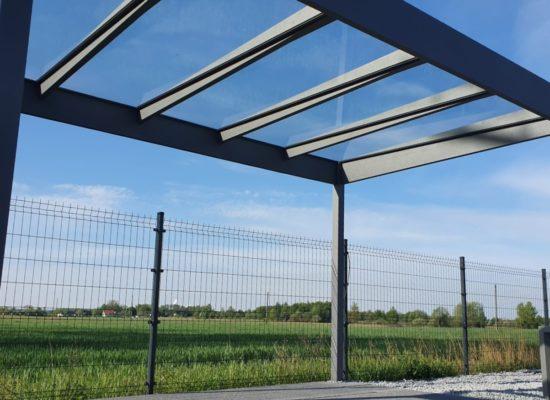 Dachneigung und Entwässerung sind in die Konstruktion integriert.