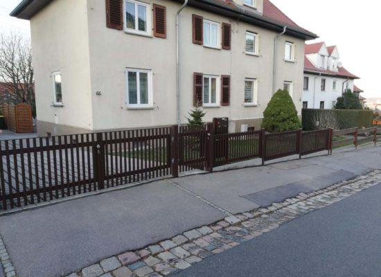 Neuer ALU-Zaun mit Tor und Türchen. Viel schöner als der alte Zaun aus Holz.