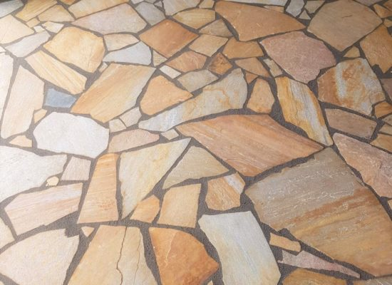 Schön und langlebig durch natürliche Robustheit der Polygonalplatten.