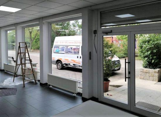 Die alte Glass-Fassade durch neue ALU-Fenster mit Sicherheitsverglasung ersetzt.
