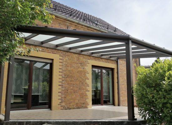 Terrassenüberdachung mit schrägem Verbund-Sicherheits-Glas matt