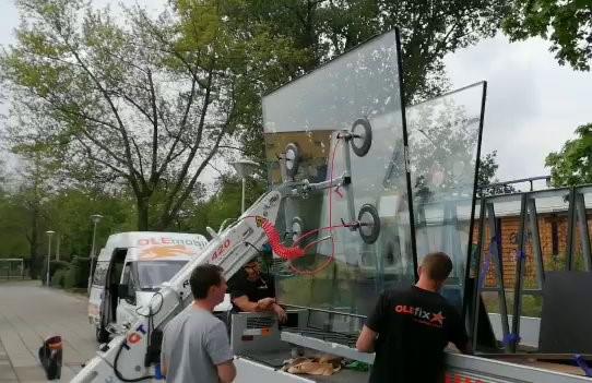 Maßgefertigte Sicherheitsverglasung wird mit Hilfe eines Montageroboters fachgerecht eingesetzt