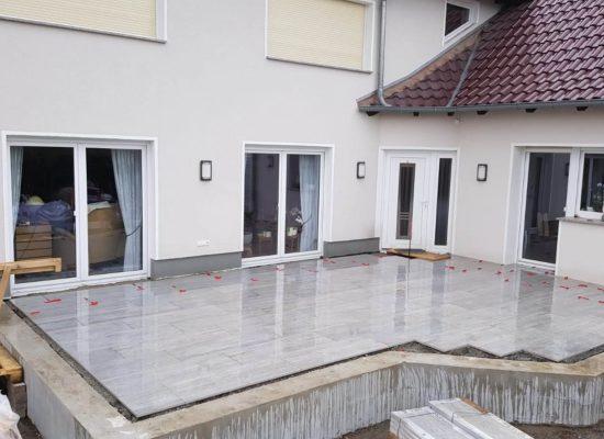 Wasserdurchlässiger Terrassenbau.