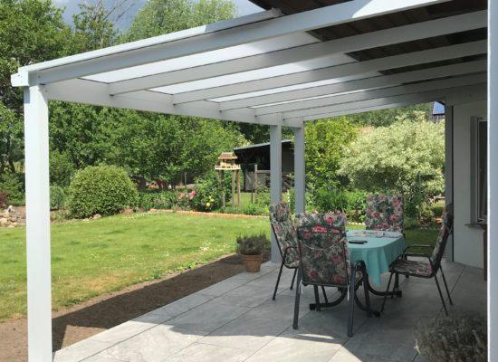 Terrassendach mit verkürzter Eindeckung. Hagelfest, begehbar UV-Schutz-Beschichtung.