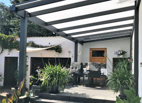 Fertige Terrasse mit Terrassendach von OLE-fix