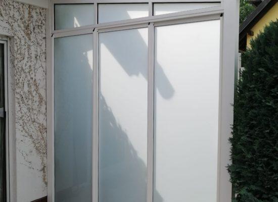 Dreiteilige Schiebeanlage als Sichtschutz/ Wetterschutz nachgerüstet.