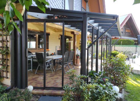 Glasdach mit Dachüberstand und Glasschiebewänden