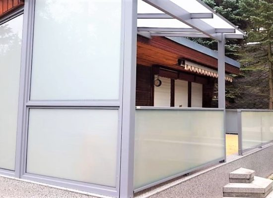 rahmenloses Glasgeländer & Seitenwand aus Mattglas, Bungalow Stausee