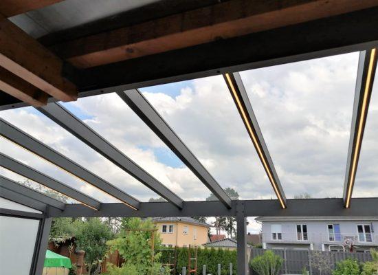 Terrassendach mit LED-Stripes in WARM Weiß