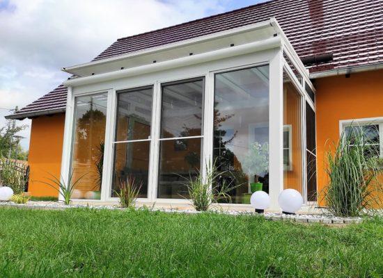 Wintergarten mit Insektenschutz und Aufdach-Beschattung
