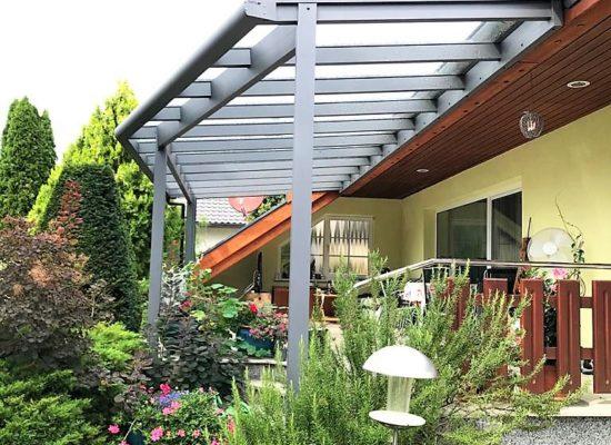 Terrassenüberdachung mit schräger Rinne