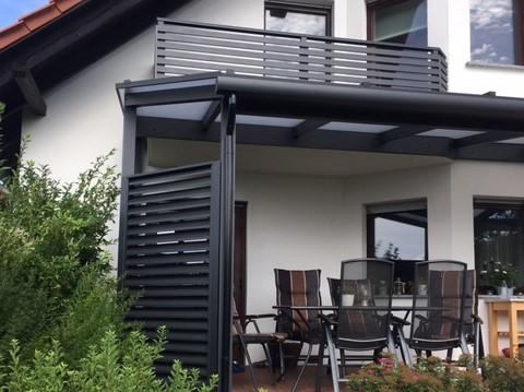 Kombi Alu-Terrassendach mit Sichtschutz schräg Lamellen bei Fürstenwalde, modern Anthrazit