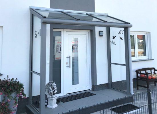 modernes ALU-Vordach mit Glas, Seitenteile mit VSG klar, Cottbus - Stadtvilla