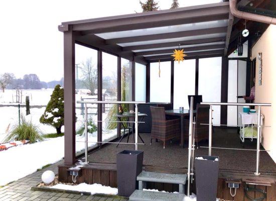 Terrassendach mit PolyCarbonat-Platten und WSE (Sichtschutz aus Mattglas & Schiebetüren mit Klarglas)
