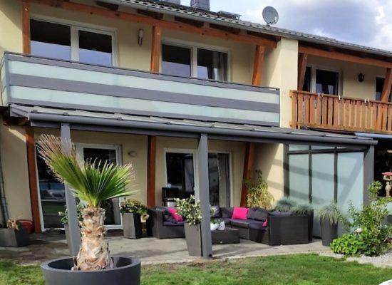 Terrassendach modern mit passendem Balkongeländer, Sichtschutz Glas zum Nachbarn, maßgefertigt, Cottbus