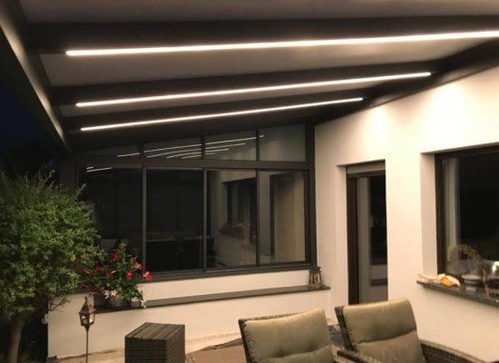 Terrassendach mit LED-Stripes & mit Windschutzscheiben-verschiebbar, maßgefertigt