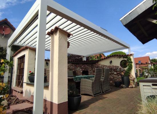 Chillout-Lounge mit weißem Lamellendach in Senftenberg.