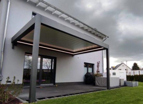 Lamellendach geschlossen. Regenschutz und Sonnenschutz. von OLE-fix gebaut, in Cottbus.