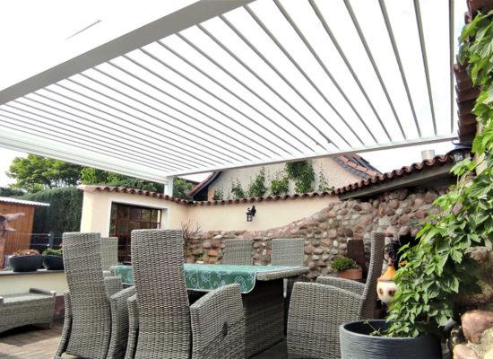 Lamellendach mit beweglichen Lamellen über einer Chillout Lounge. OLEfix baut Ihre Terrassenüberdachung in Berlin, Brandenburg & Sachsen.