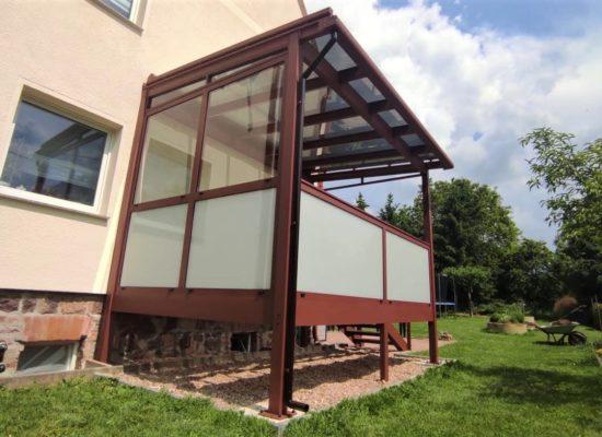 Maßgefertigter ALU-Balkon mit Treppe, Glasdach, Glasgeländer, Sonnenschutz bei Dresden