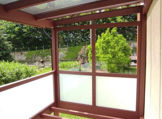 ALU-Balkon maßgefertigt mit Wunschfarbe, Mattglas als Glasgeländer