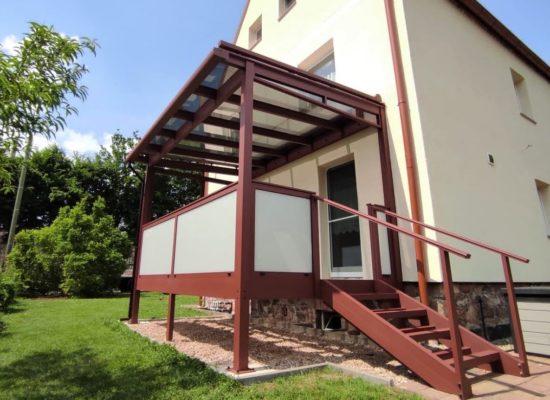 Terrassendach als ALU-Balkon mit Glasgeländer, Treppe, Sicht- & Sonennschutz
