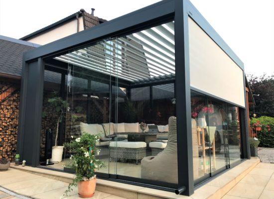 Pergolasystem - Sonnen- Regenschutz in Anthrazit, freistehend und elektrische Lamellen, Schiebeverglasung nachgerüstet